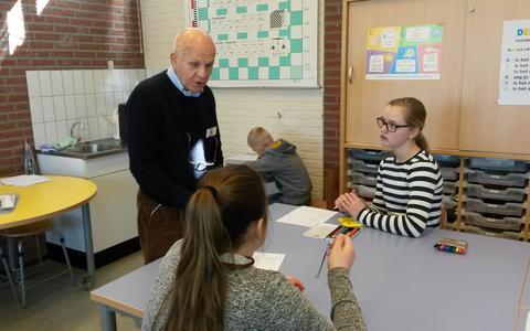 Gastdocent Marnix Koppe en leerlingen van groep 8 in de Eben-Haëzerschool van Hollandscheveld in maart 2018.