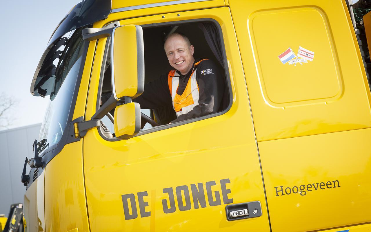 Chauffeur Terence Smit in de vrachtwagen waarin hij maandagavond reed. Juist omdat hij hierin hoog zit, ontdekte hij een auto die diep in een sloot lag.