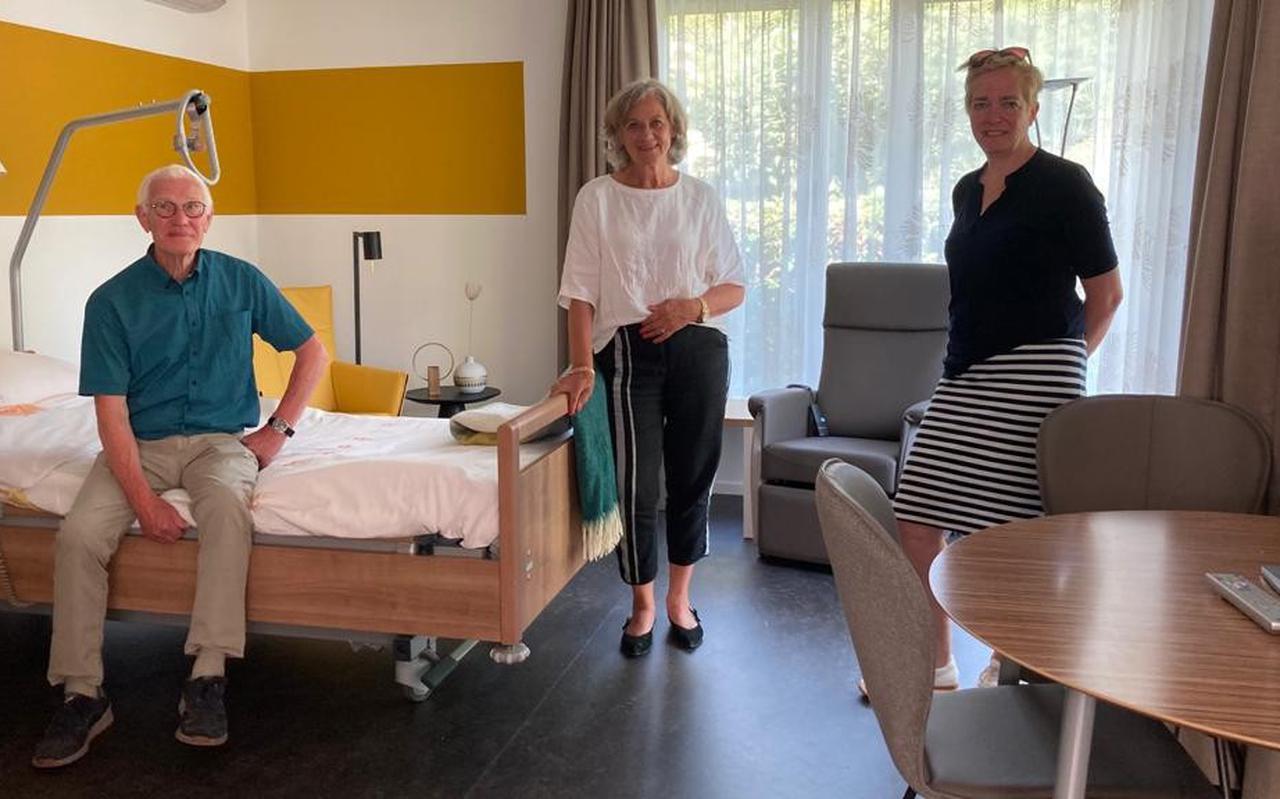Van links naar rechts Henk Faber, Catrien van Haeften en Esther van Dijk in een van de vernieuwde gastenkamers.