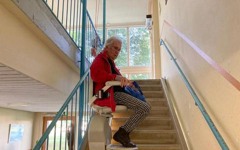 Met de recent geplaatste traplift kost het een bewoner vijf tot tien minuten per verdieping om naar boven of naar beneden te komen. Wie bovenin woont heeft minimaal veertig minuten nodig.
