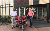 Wethouder Egbert van Dijk (links) heeft zojuist via de site een duofiets gereserveerd. Rechts voorzitter Arjen Pauwels.