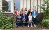 Burgemeester Rikus jager met de leerlingen van De Bron in Nijensleek.