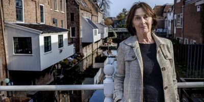 Pauline Broekema in Appingedam waar ze voor haar boek de geschiedenis van de Joodse familie Nieweg onderzocht. Foto: Jan Zeeman