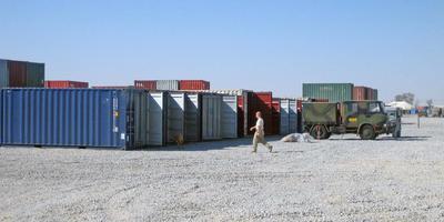 Op de vliegbasis in Kandahar in Afghanistan bleek dat de containers van het militaire transport nagenoeg leeg waren geroofd. Foto's: Johan Smit