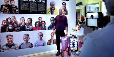 Mohammad uit Vinkhuizen laat zich op de foto zetten bij zijn portret op de familiedag in het Groninger Museum. Foto Peter Wassing.