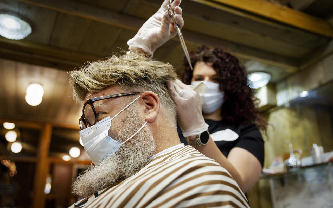 De Goudse kapper Ronald Verhulst en zijn personeel treffen voorbereidingen en oefenen voor een eventuele heropening van zijn zaak.