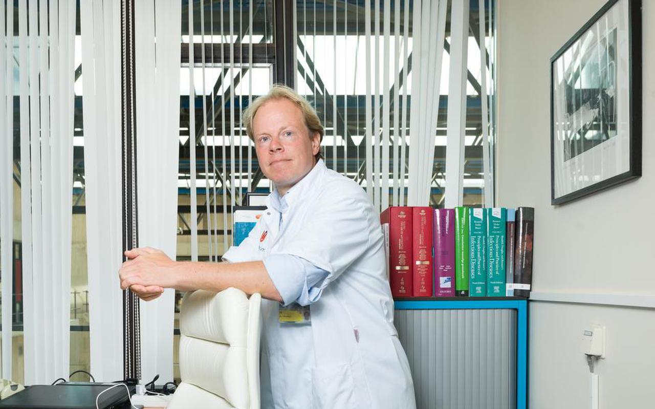Joost Wiersinga in zijn werkkamer in het Amsterdam Umc.