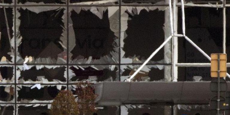 De ramen van de vertrekhal van Zaventem zijn door de klap van de explosie gebroken. FOTO AP/PETER DEJONG