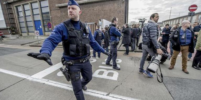 Politieagenten proberen de menigte onder controle te houden bij de luchthaven. FOTO ANP/JONAS ROOSENS
