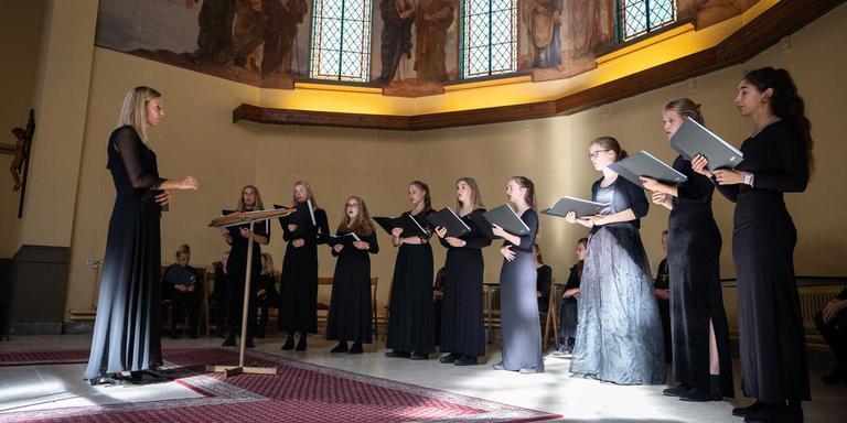 Het koor Roden Girl Choristers imponeert met betoverende stemmen. Foto: Jaspar Moulijn
