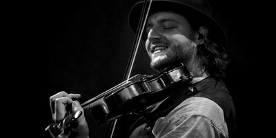 Sebastiaan Hidding, violist van The Dolmen. Foto Hans Heinrich Breuer