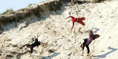 De Dansers 'shaken' zichzelf de zandafgraving in. Foto Nichon Glerum