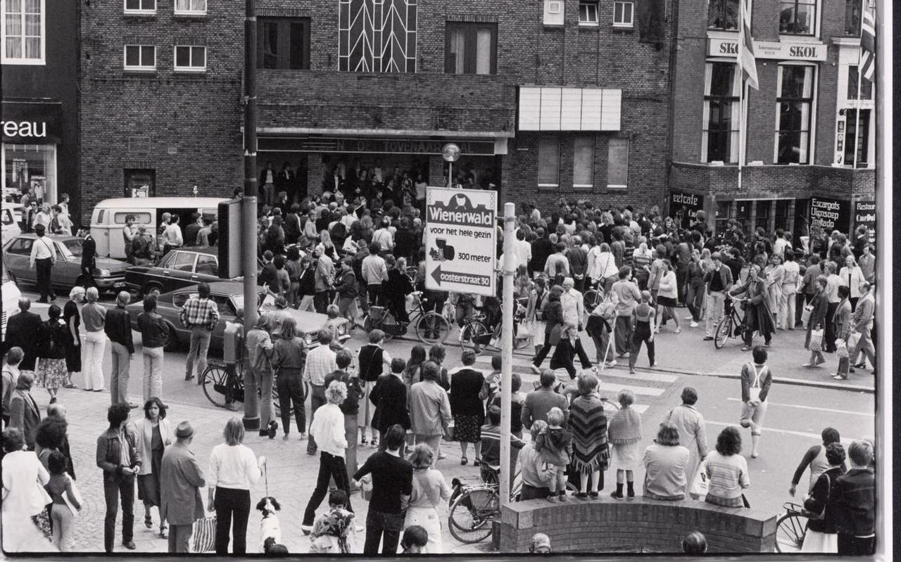 Beelden van 31 mei 1980, volgend op de nacht dat het Grand Theatre werd gekraakt door Ruimte voor Kultuur, met onder Jan Stelma en Jos Thie (met megafoon).