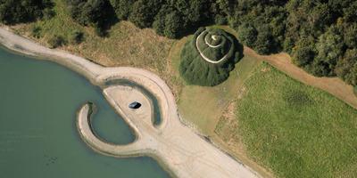 Mogelijk wordt ook landart-werk Broken Circle / Spiral Hill bij Emmerschans bij Into Nature 2020 betrokken. Foto Aerophoto Eelde