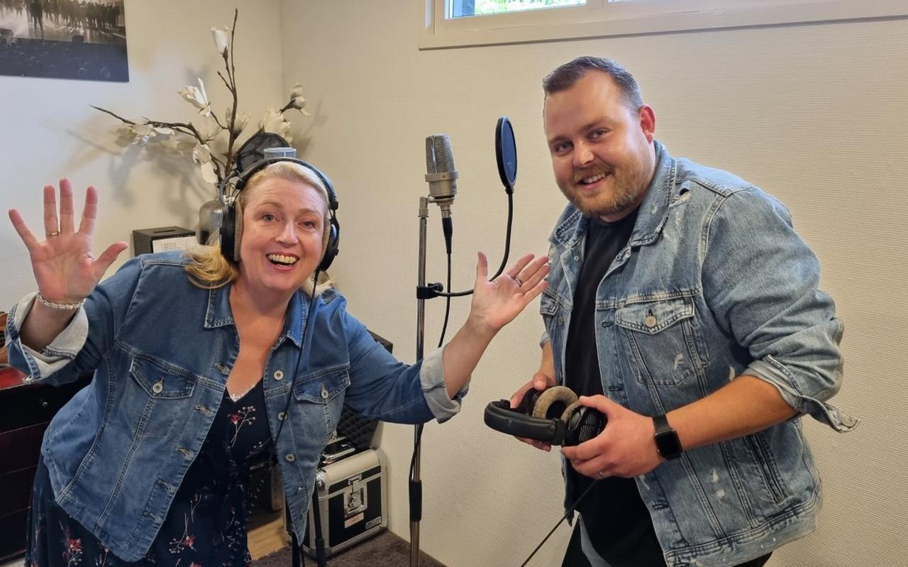 Zangeres Wia Buze en fan van het eerste uur Jasper Wever zingen samen 'As ik denk aan die'