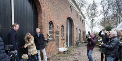 Lotte Dunselman 'knipt' de schuur open, met Harmen van der Hoek (links) en Marco Glastra. Foto Jan Willem van Vliet