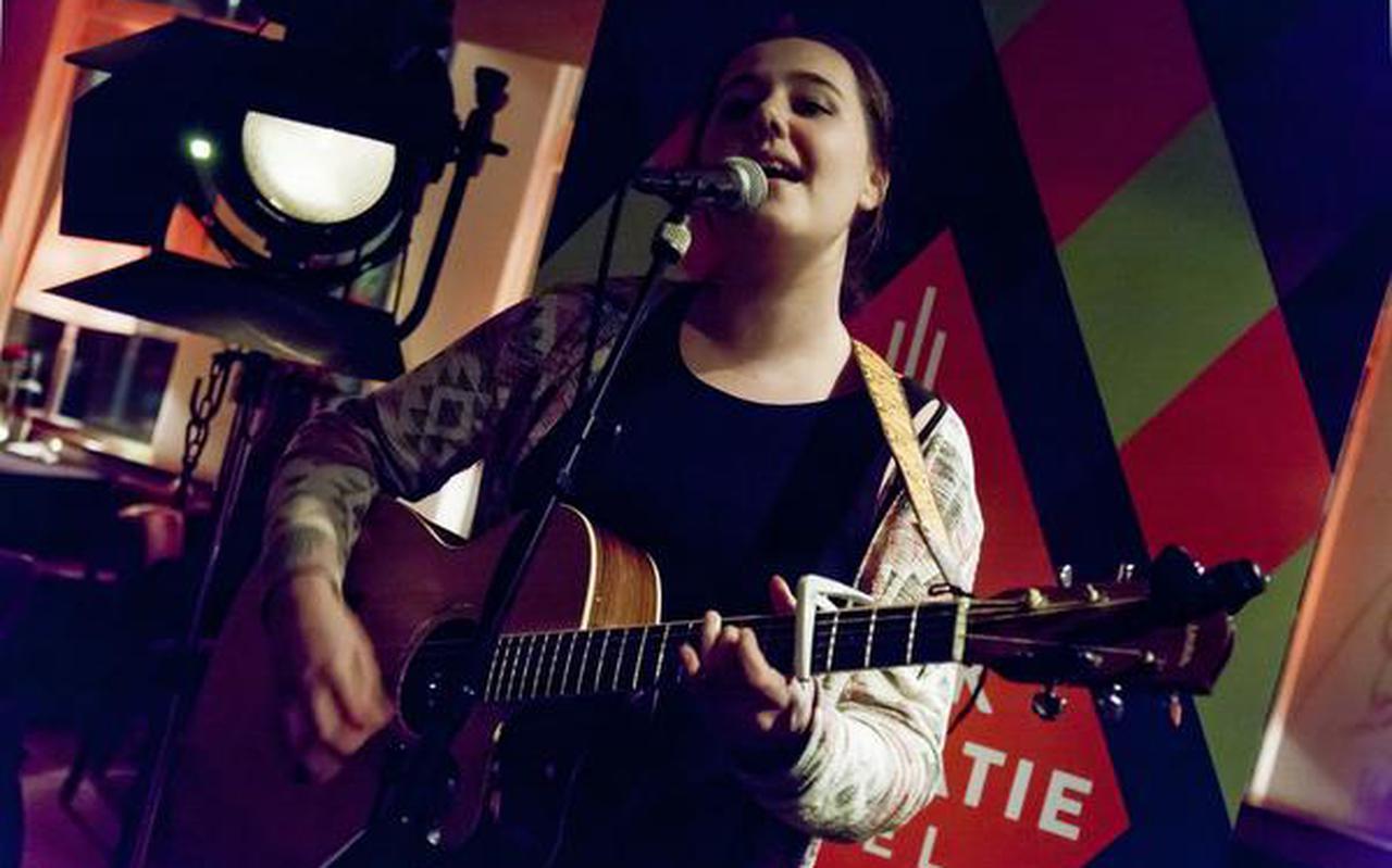 Kira Dekker uit Bad Nieuweschans, ontdekt in De Beste Singer-Songwriter van Nederland, speelt op Het Schellinkje in Ogterop
