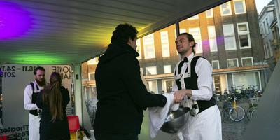 De Wasmannen wassen in de container op de Vismarkt de handen van bezoekers, als eerste kennismaking met Jonge Harten. Hoe ongemakkelijk. Ongemak en herkenning vormen de rode draad van heht festival. Foto Rick Biemolt