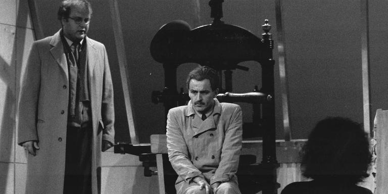 In 1995 speelde Hubert Claessens (zittend) Werkman, Links Frank van Aken als zijn vriend. Foto Archief DvhN