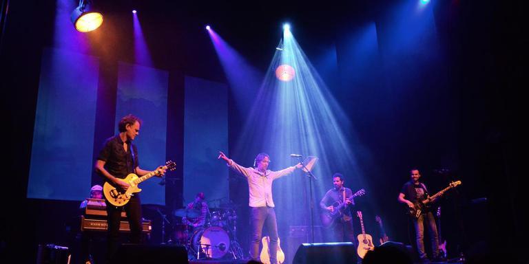 Van Dik Hout in actie, met in het midden zanger Martin Buitenhuis. Foto: Nico Goedegebuur