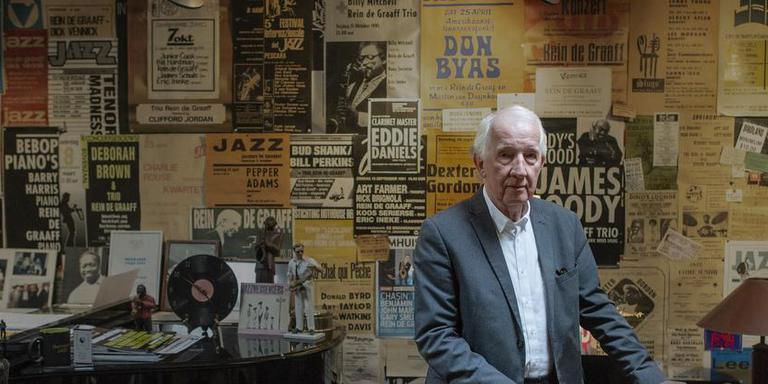 Jazzpianist Rein de Graaff in zijn studio vol grote namen uit de jazzgeschiedenis. Foto: Duncan Wijting