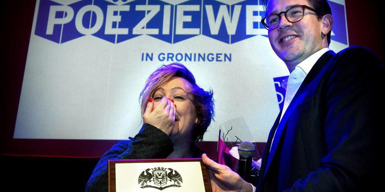 Renée Luth uit Haren is zichtbaar aangedaan nadat wethouder Paul de Rook vertelde dat zij de nieuwe stadsdichter van Groningen is. Foto: Peter Wassing