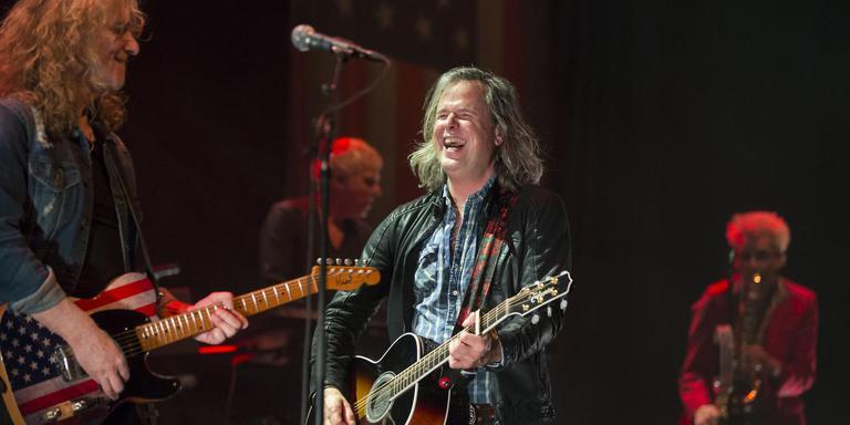 Erwin Nyhoff stuiterde als Bruce Springsteen over het podium. Links gitarist Rob Winter. Foto Rens Hooyenga
