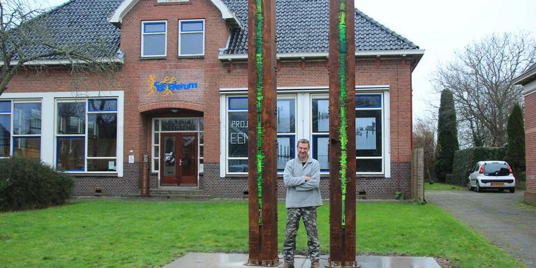 Peter Schudde bij zijn sculpturen in Bierum.