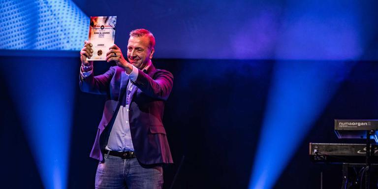 Een trotse Jannes toont zijn Buma NL Award. Foto: ANP/Levin den Boer
