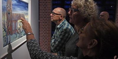 Veel bekijks voor de prenten van Stefan de Keijser op de tentoonstelling De kerk als tijdmachine in Museum Klooster Ter Apel. Foto Boudewijn Benting