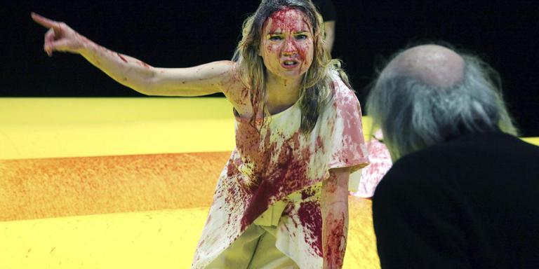 Anniek Pheifer (Klytaimnestra) breekt de voorstelling open. Foto Sanne Peper