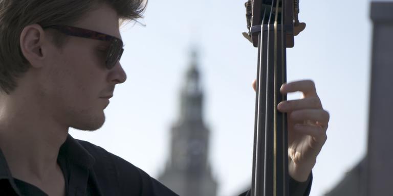 Bassist Jan Ruerd Oosterhaven in de documentaire Common Senses