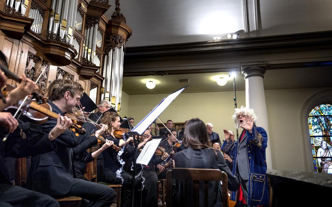 Ton Koopman stond verkleed als Bach voor het Luthers Bach Ensemble, dat speelde vanaf de galerij voor het nieuwe orgel.  Foto Peter Wassing