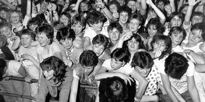 Zo uitbundig als in 1983, toen Doe Maar in de Groninger Evenementenhal stond, ging het er gisteravond in De Oosterpoort niet aan toe. Foto Archief DvhN