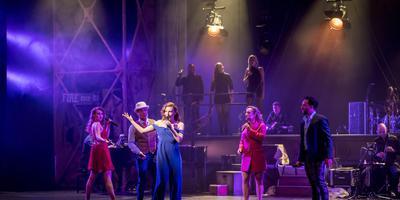 Willemijn Verkaik (midden) in een topproductie met musicalstukken. foto geert job sevink
