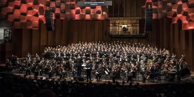 Voor het War Requiem stonden er bijna 300 man op het podium bij het Noord Nederlands Orkest. Foto Mariska de Groot