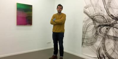 Rob Bouwman bij zijn werk op de tentoonstelling State of play in het CBK te Emmen. Foto DvhN