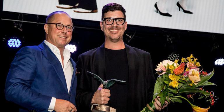 Choreograaf Stephen Shropshire (rechts) ontvangt zijn Zwaan. Foto Nederlandse Dans Dagen/Jean-Pierre Geusens