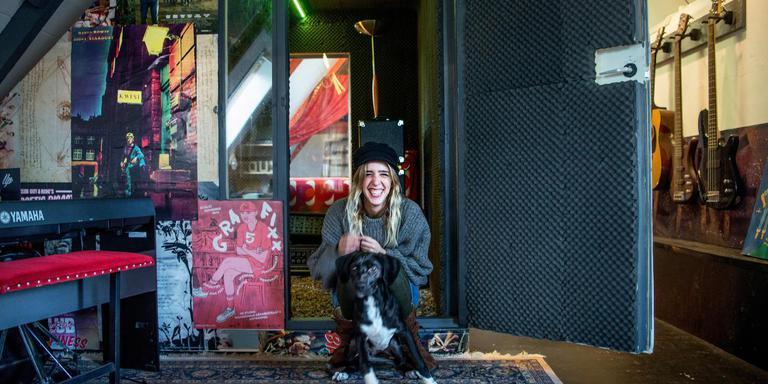 Élénie Wagner met hond Antonio bij de net gebouwde opnamestudio in het ZUHAUSE-pand aan het Martinikerkhof. Foto Corné Sparidaens