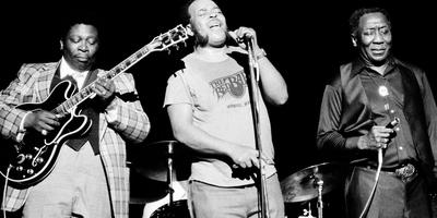 Bluesgiganten B.B. King, James Cotton en Muddy Waters (vlnr) tijdens een optreden in Radio City Music Hall New York in 1979.