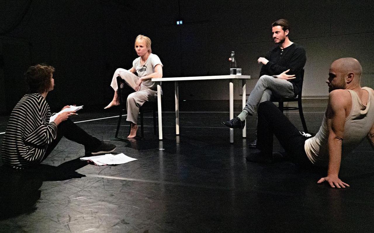 Liliane Brakema (links) in gesprek met Wendell Jaspers, Bram van der Heijden en Joost Bolt (op de vloer).