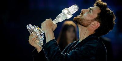 Duncan Laurence dolgelukkig op het podium in Tel Aviv na zijn overwinning op het Eurovisie Songfestival. Foto: ANP/Sander Koning