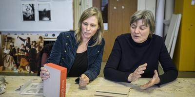Baukje Venema (l) en Gitte Brugman maakten samen Mooie Plaatsys, resultered in een boek over de voormalige gemeente Het Bildt. Foto: Kees van de Veen