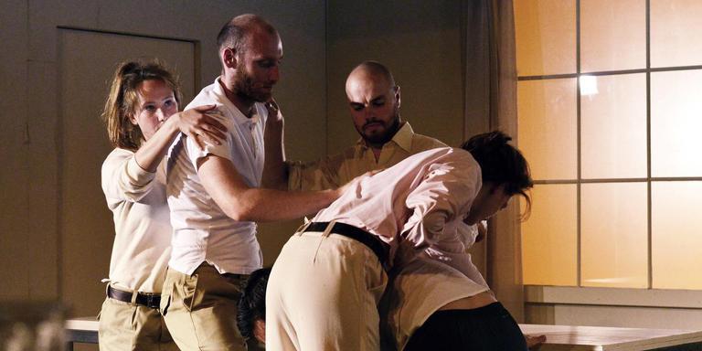 Scène uit 'De Kale Zangeres', geregisseerd door Liliane Brakema.