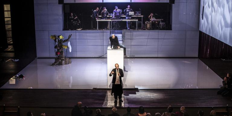 Guy Weizman voor het (nog onaffe) decor van Brave New World 2.0 tijdens de openbare repetitie in de Stadsschouwburg van Groningen. Foto Iris Pepping