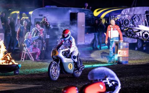 Recensie Jumping Jack op TT-Circuit: Ronkend, rockend en raak muziektheater over een legende die niet van ophouden wist