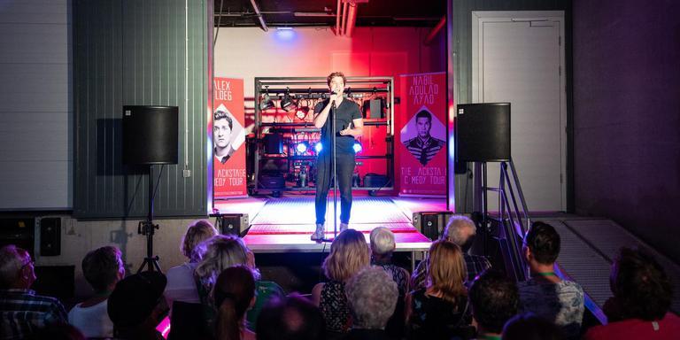 Artiesten en publiek op ongewone plekken in het Atlas Theater tijdens The Back Stage Comedy Tour. f oto JASPAR MOULIJN