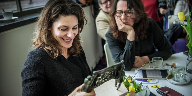 Rifka Lodeizen bewondert de IFA Trofee, die ze net uit handen van de Asser wethouder van cultuur Karin Dekker (rechts) heeft gekregen. Foto: Corné Sparidaens