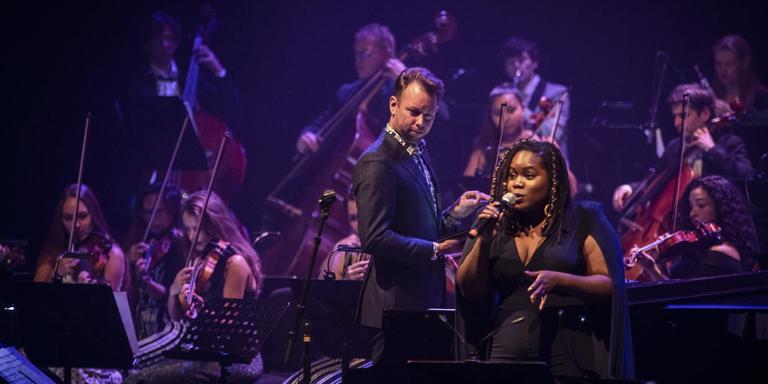 Reinout Douma dirigeert zijn Noordpool Orkest in 'Songs of Joni Mitchell', met zangeres Zara McFarlane. Foto William van der Voort