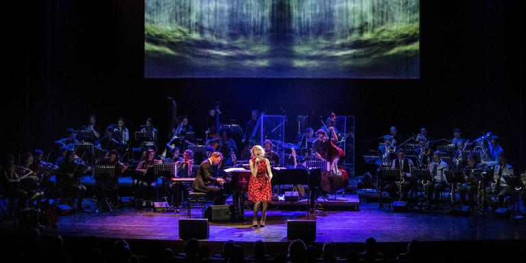 Première Vasalis met het Noordpool Orkest (onder leiding van Reinout Douma) en Janne Schra. FOTO SIESE VEENSTRA